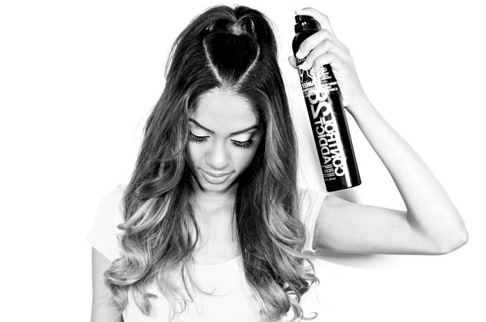 coiffures faciles, coupe de cheveux longs attachés en demie queue de cheval et fixés par une couche de spray fixante