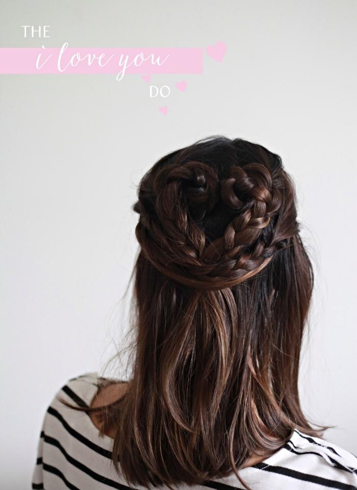coiffure facile pour la fête de la Saint Valentin sur cheveux mi-longs mi attachés en tresse et queue en forme de coeur