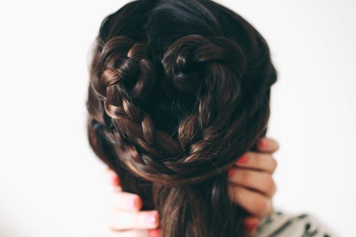 tendance coiffure pour la Saint Valentin sur cheveux mi-longs attachés en coeur formé de petites tresses