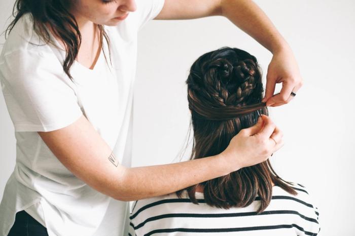 modele de coiffure, tutoriel pour faire une coiffure romantique de Saint Valentin avec coeur tressé