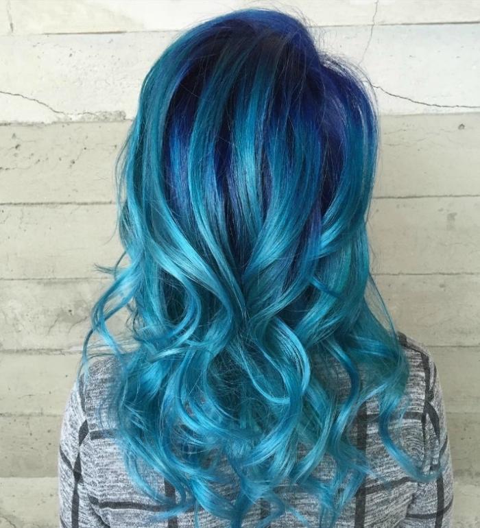 coupe de cheveux longs femme avec coloration tendance de nuances pastel bleus sur base noire