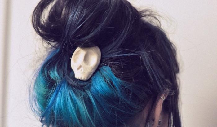 coiffure de cheveux longs attachés en chignon haut décontracté, coloration ombré de nuance pastel bleu et vert
