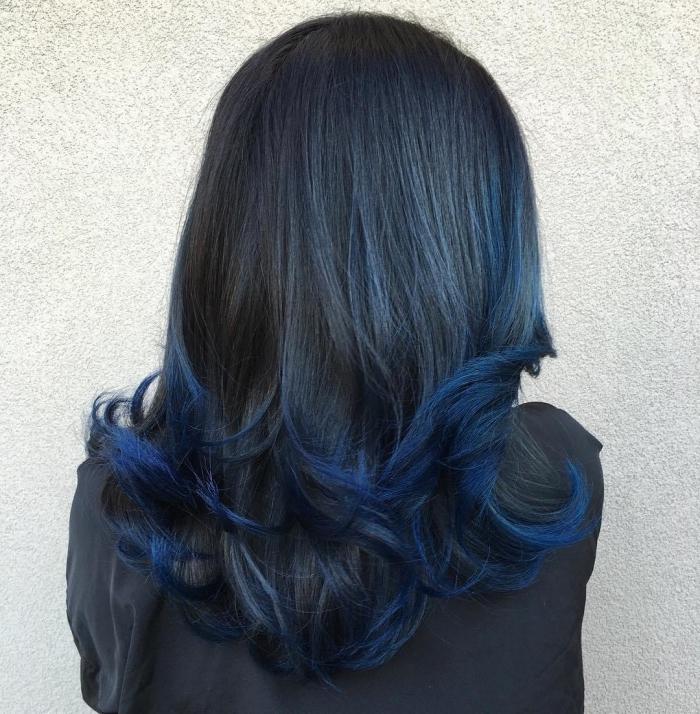 coloration tye and dye sur cheveux noirs, technique contouring cheveux avec pointes bleus et base noire