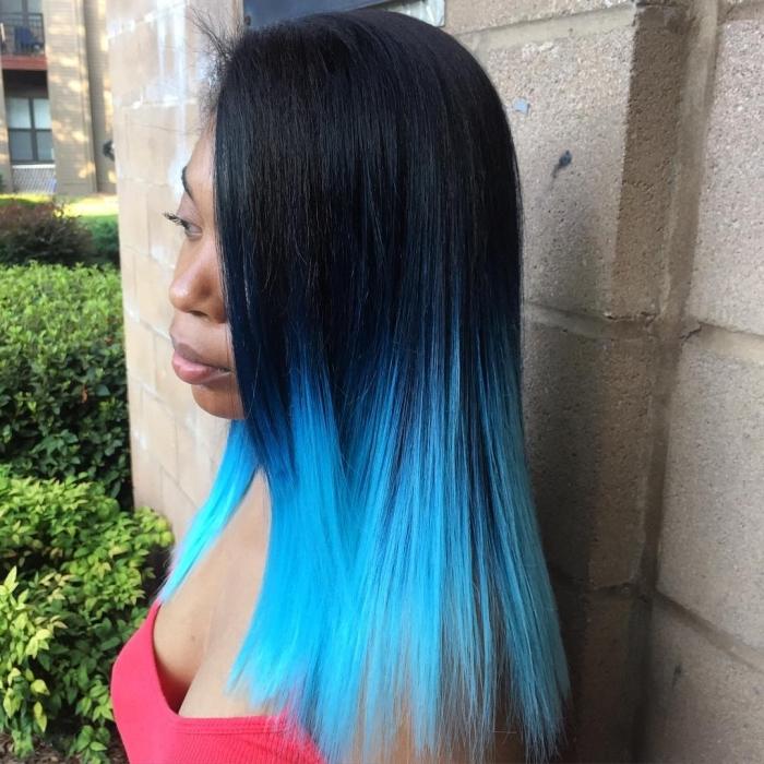 technique de coloration ombré avec pointes bleues et racines noires, coiffure de cheveux longs et raids