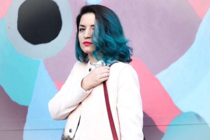 coloration bleu turquoise sur cheveux noirs, ombré pastel de nuances bleues sur cheveux mi longs