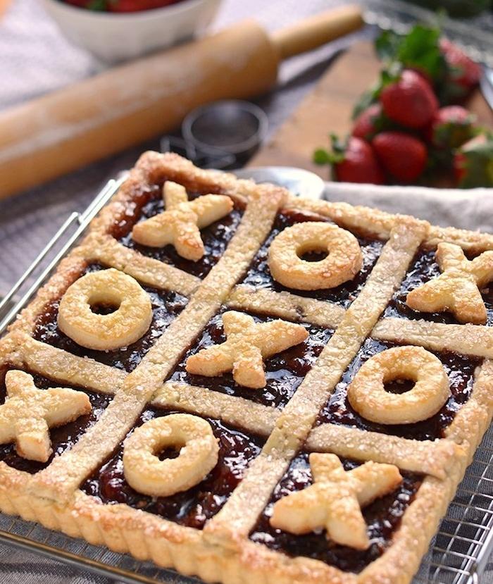 idée cadeau copine original, une tarte à la confiture de fraise et décoration motif câlins et baisers