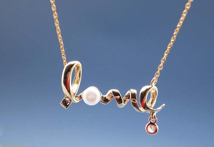 un pendentif en lettres dorées pour qui composent le mit amour, décoration de perle, idée cadeau pour sa copine elegant, accessoire femme