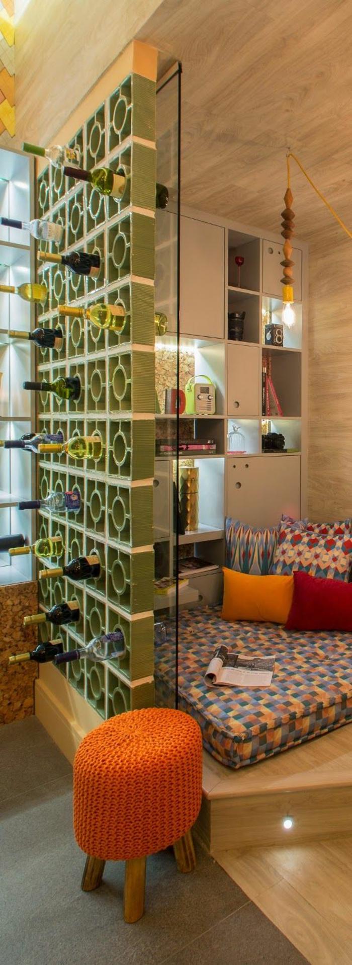 cloison separation avec des cercles conteneurs pour les bouteilles de vin, séparateur espace en vert réséda, pour délimiter la chambre à coucher