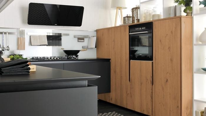 cuisine noire et bois, aménagement de cuisine d'angle avec comptoirs et armoires de couleur noire matte, cuisines équipées