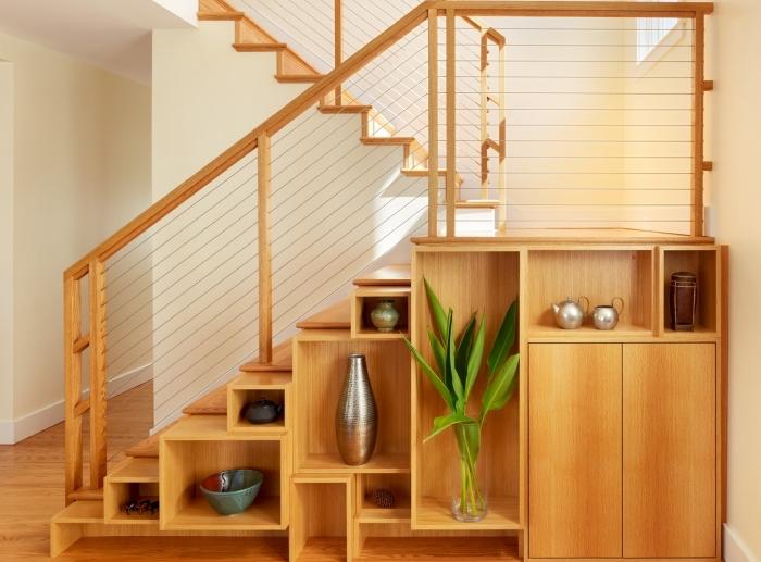 déco rustique aux murs blancs et meubles de bois, idée pour aménagement sous escalier avec objets décoratifs