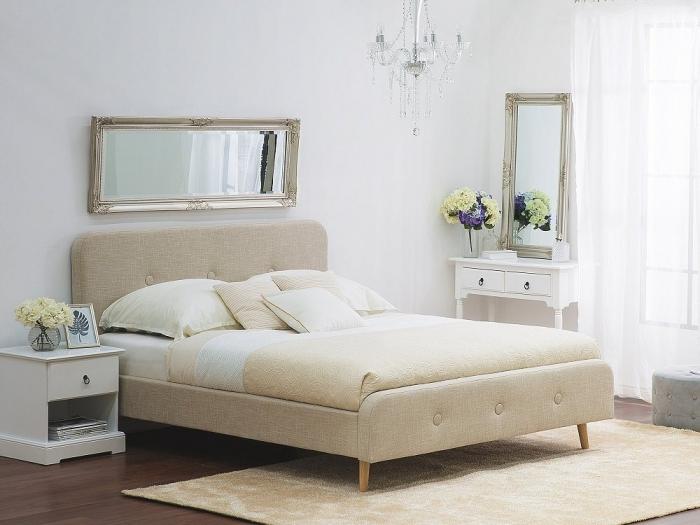 chambre design blanche avec grand lit de tête boutonnée et tapis rectangulaire beige, modèle de miroir horizontal à design vintage