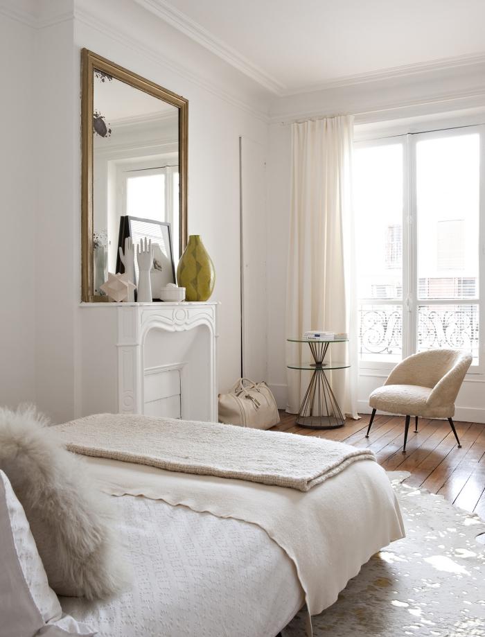chambre ado à design vintage avec cheminée blanche et grande fenêtre, couleurs pastel dans le design intérieur