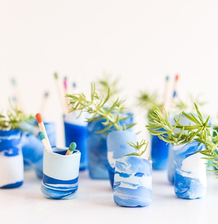 petits vases à fleurs en bleue t blanc avec des plantes vertes à l intérieur, pate fimo facile projet brico a faire soi meme