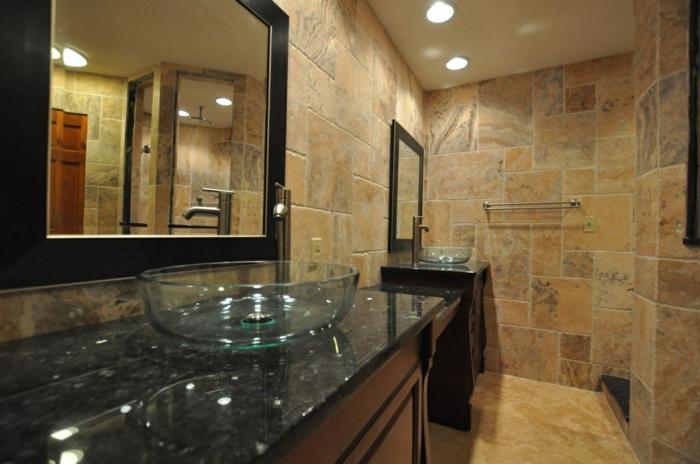 vasques en verre, comptoir granit, miroir encadreé, carrelage magnifique en pierre de travertin