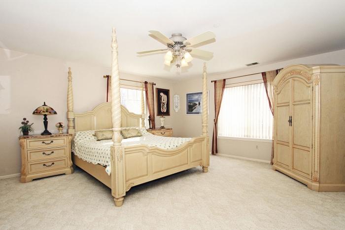 design intérieur de style campagne avec murs en rose pastel et meuble chambre de bois clair, accessoires décoratifs à motifs ethniques