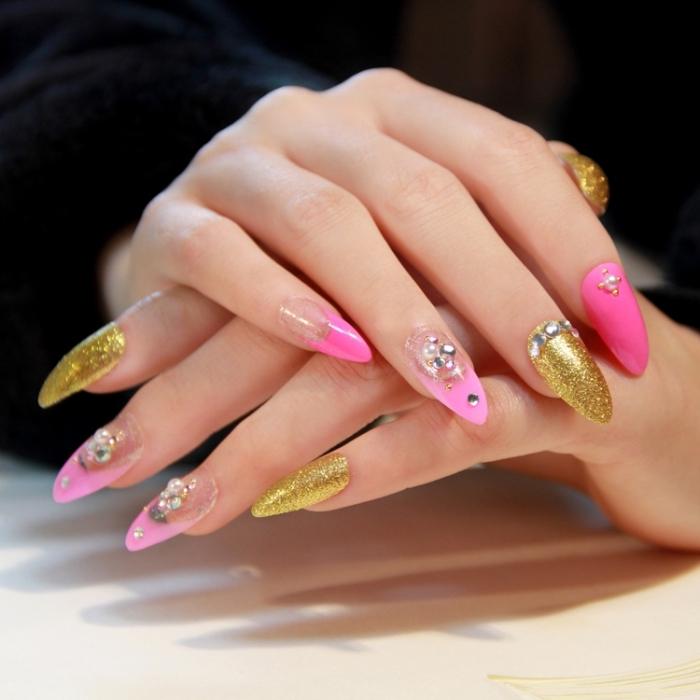 inspiration pour ongle gel deco en rose et or, capsules acryliques peints en vernis rose avec strass argentés