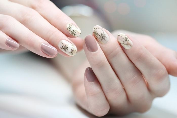 conseils quel gel pour ongle, design florale sur ongles nude et beige, manucure simple en couleurs naturelles
