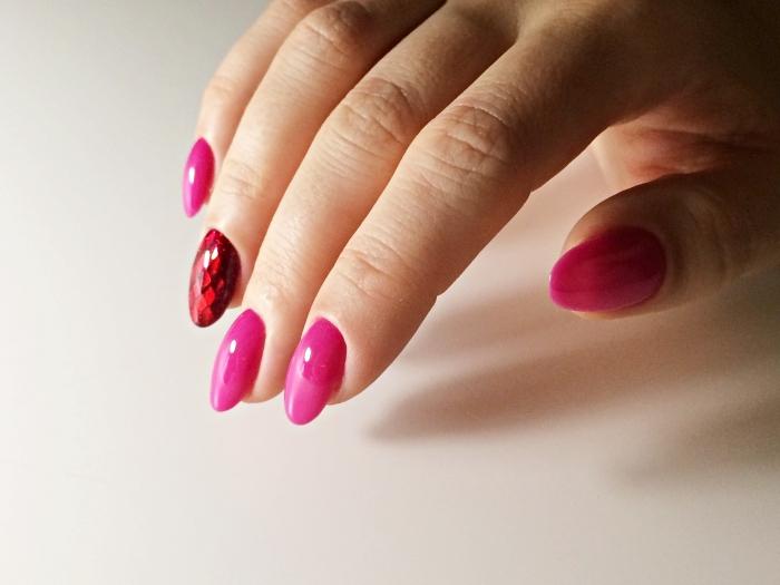 capsules acryliques ou gel pour ongles courts, rallongement et manucure gel de vernis rose fuchsia