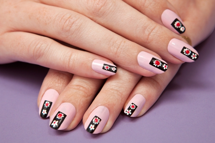 ongle gel deco, ongles mi-longs de base rose pastel avec décoration simple en ligne noire et petites fleurs blanc et rouge