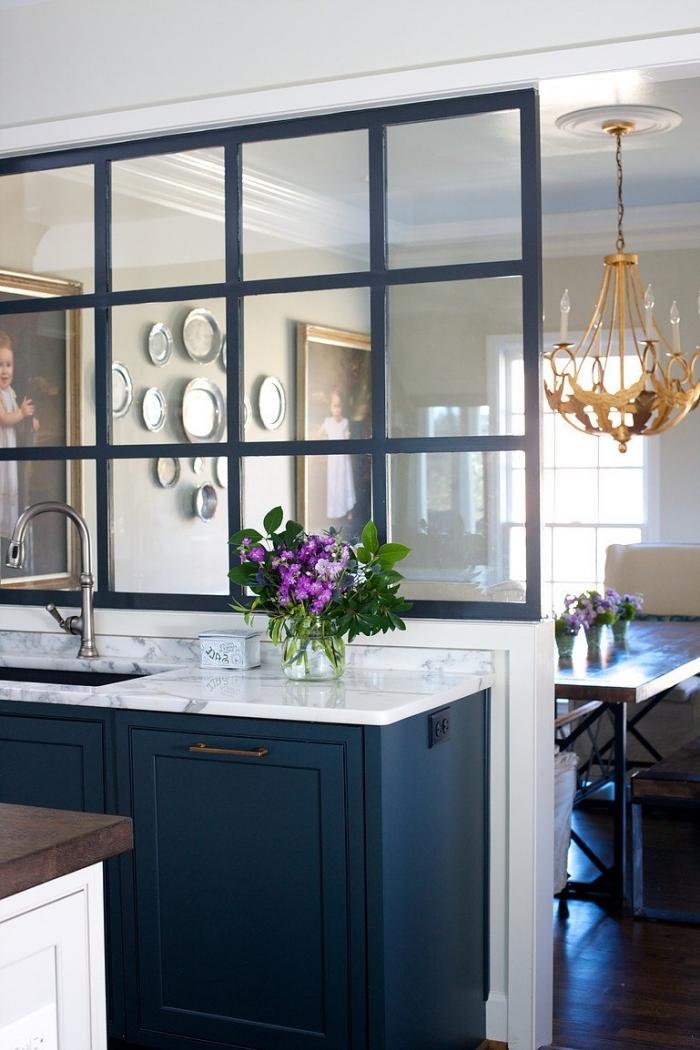cuisine verriere, aménagement de cuisine avec ilot centrale ouverte vers la salle à manger aménagée de style baroque
