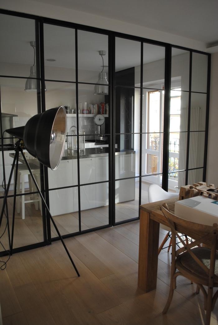 separation cuisine salon, verrière coulissante de style industriel dans la cuisine blanche avec parquet de bois
