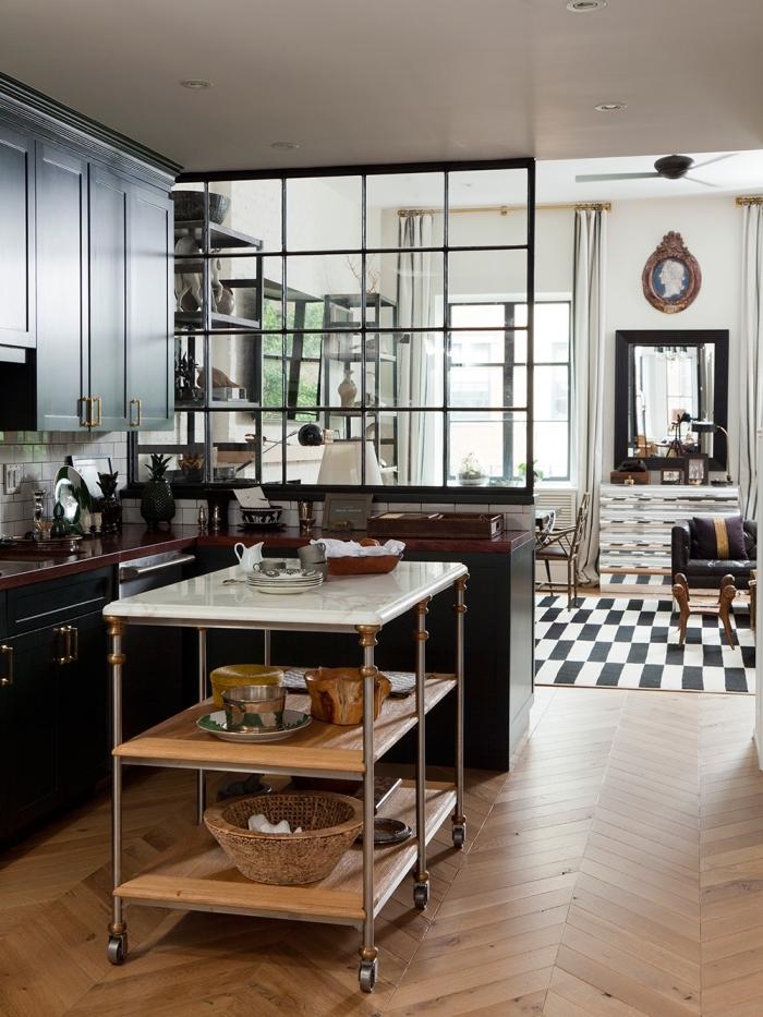 cuisine style atelier, déco cuisine d'angle avec comptoir en bordeaux et plafond blanc d'éclairage led