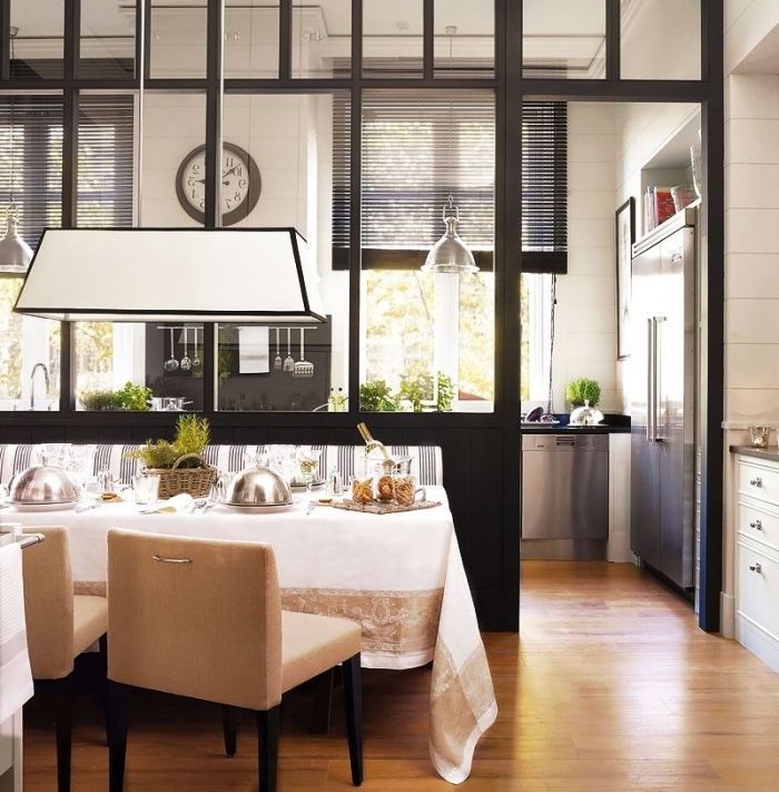 cloison vitrée, comment décorer la table à manger avec nappe blanche à déco dorée, aménagement de cuisine blanc et noir