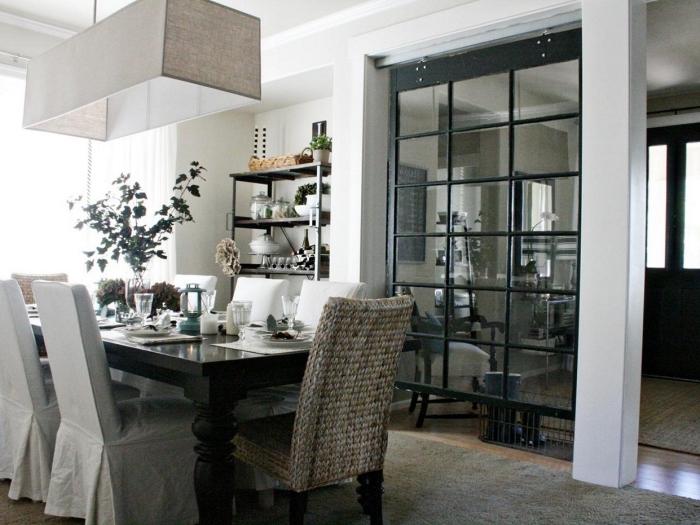 cloison vitrée, décoration de la table à manger noire, aménagement salle à manger semi ouverte vers la cuisine