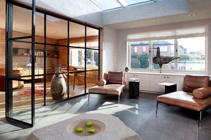 cuisine style atelier, décoration d'intérieur en matériaux bruts avec revêtement mural et meubles en bois clair