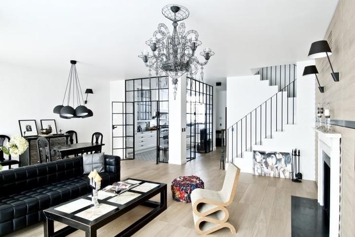 cuisine ouverte avec verrière, déco moderne en blanc et noir avec meubles noirs et revêtement mur et sol en bois clair