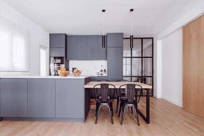 verriere interieure, décoration moderne de la cuisine avec crédence à design marbre et meubles sans poignées