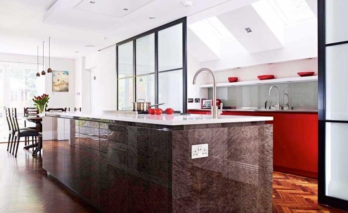 cloison atelier, décoration de cuisine ouverte vers la salle à manger avec ilot central et parquet de bois foncé