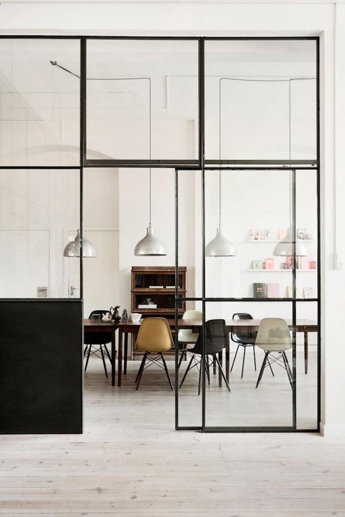 verriere coulissante, déco de style vintage avec murs blancs et parquet de bois stratifié blanc