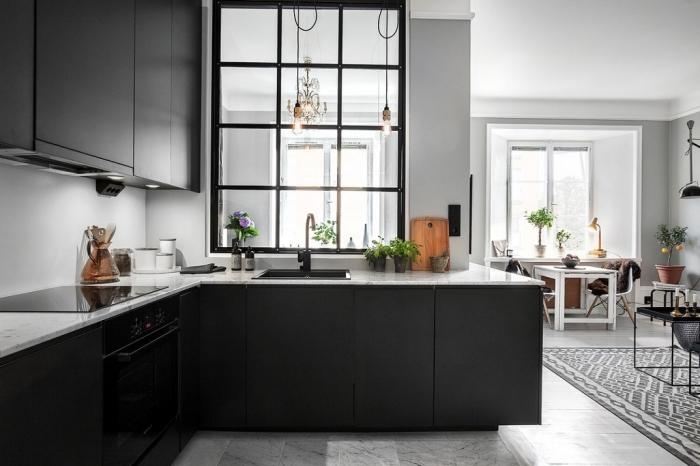 cuisine semi ouverte, aménagement de cuisine avec carrelage de sol à design marbre et meubles modernes en noir matte