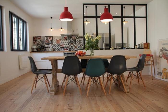 verrière industrielle cuisine, meubles de cuisine en bois et noir avec lampes rouges et carrelage à carreaux de ciment