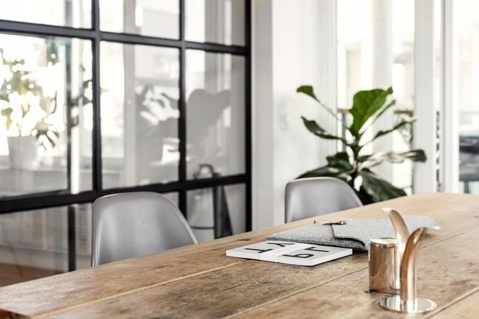 separation cuisine salon, verrière pour diviser la cuisine et la salle à manger décorées de style campagne avec meubles en bois