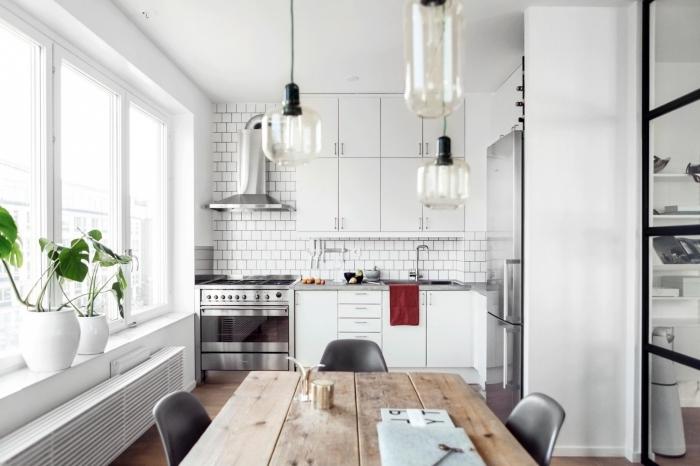 cuisine ouverte sur séjour, cuisine blanche avec crédence à design briques blanches et parquet de bois foncé