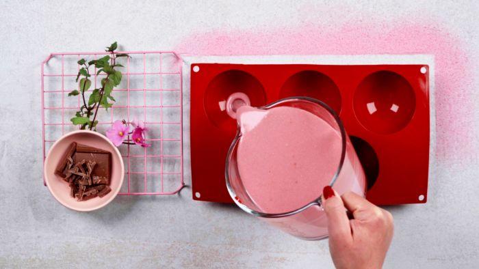 verser le contenu pour panna cotta dans moule à panna cotta recette facile et rapide de dessert st valentin