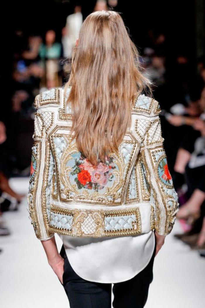 veste en style baroque avec des roses, imitation de plafond de château de la Renaissance, tenue chic détail choc