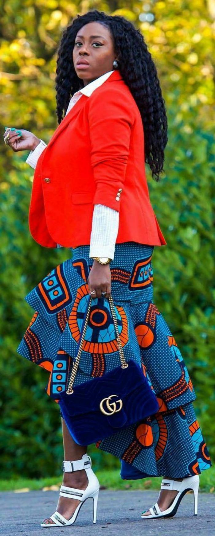 femme avec veste en couleur corail et jupe en bleu électrique et orange, mode africaine, motif africain de pagne