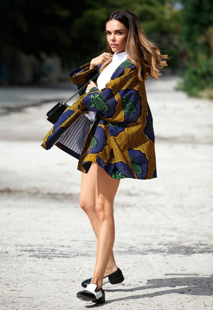 manteau court en couleur moutarde avec des motifs fleuris en bleu royal, mode africaine, vetement africain, look arty