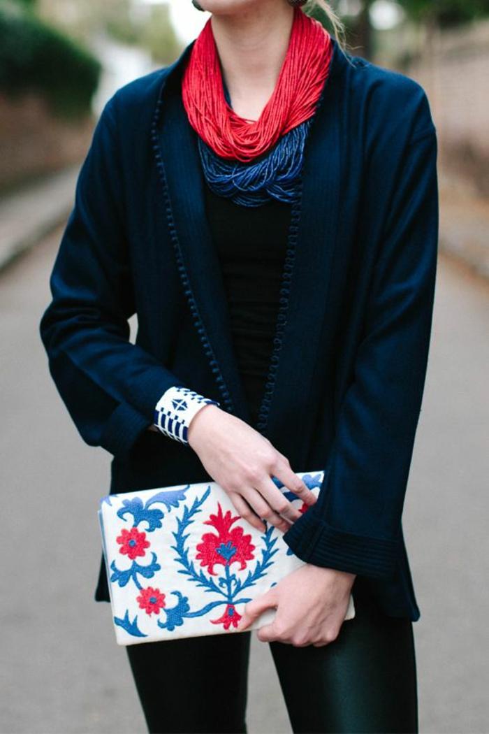bijoux ethniques, tenue africaine, veste noire avec des manches aux fentes latérales, collier rouge massif et collier noir, bracelet en noir et blanc