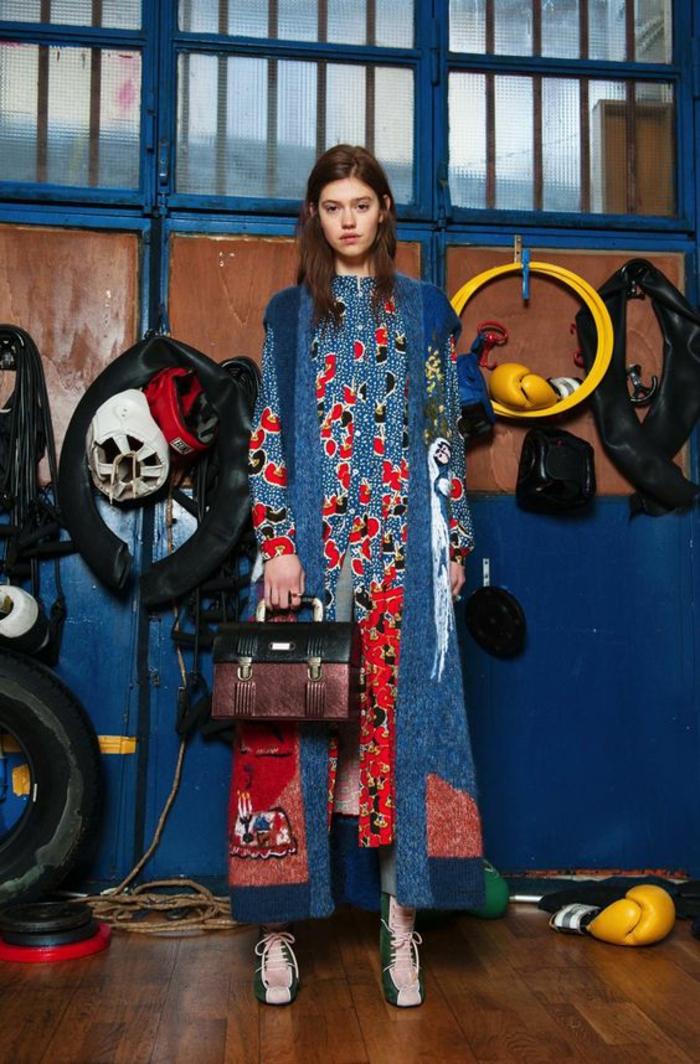 modèle vu sur les défilés, tenue africaine en bleu et rouge, manteau long en laine avec des motifs ethniques, manches avec des motifs fleuris