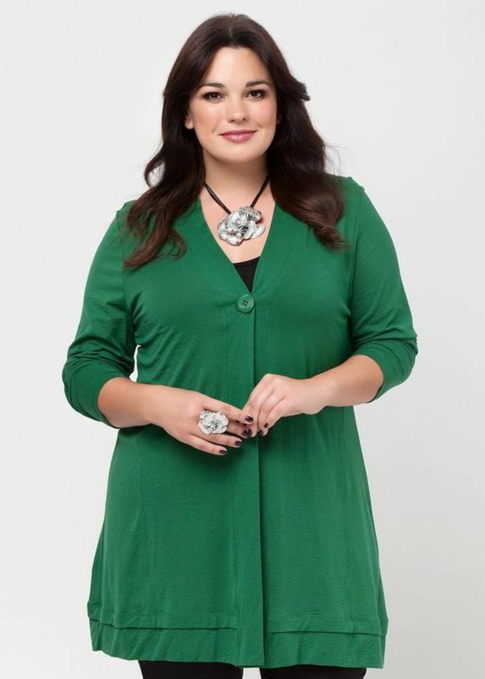 comment s habiller classe, veste-blouson en vert avec un grand bouton unique devant, décolleté en V, manches longues retroussés, longueur du blouson couvrante les fesses
