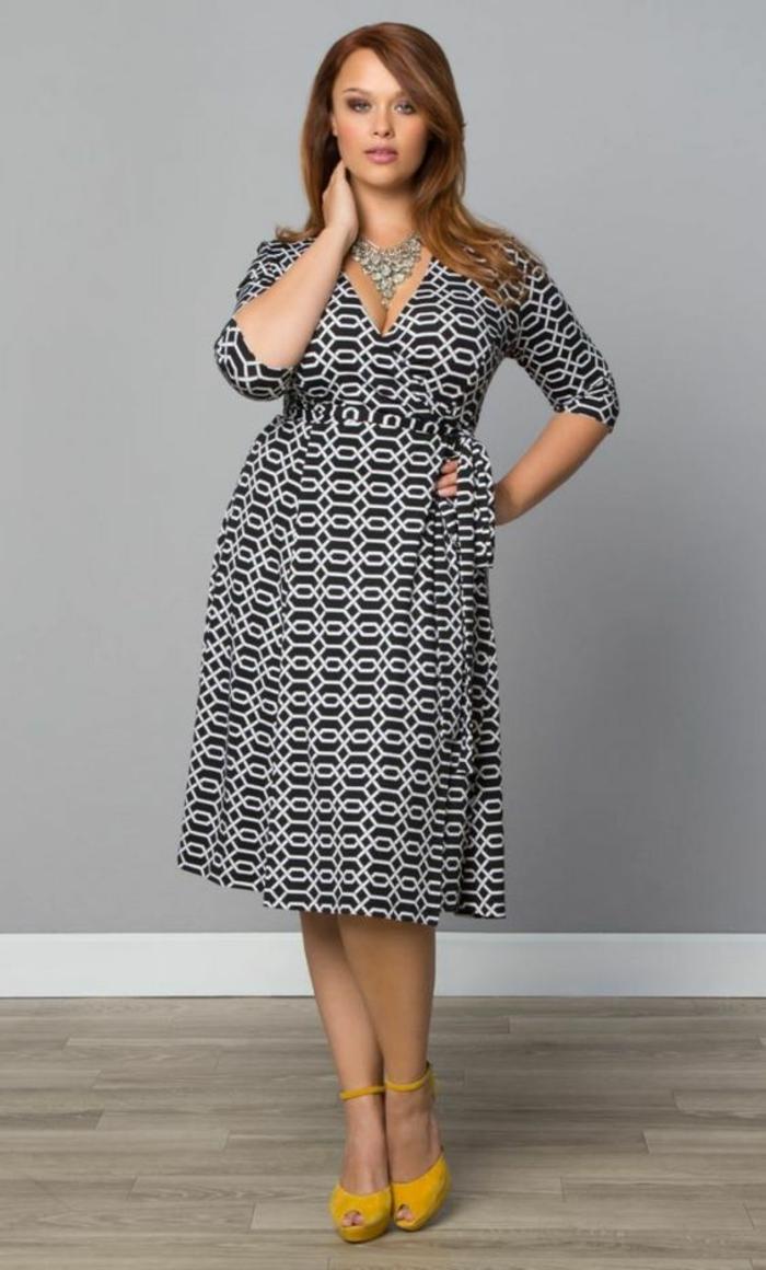 robe longue femme ronde, motifs graphiques, longueur sous les genoux, jupe évasée, décolleté croisé en V, manches 3-4, chaussures à talons en jaune pimpant