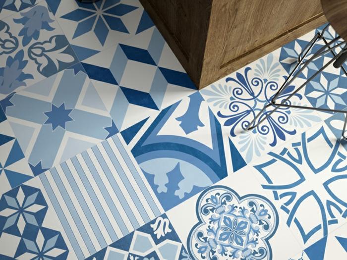 vinyl imitation carreaux de ciment, rendu carrelage en bleu et blanc, meuble en bois