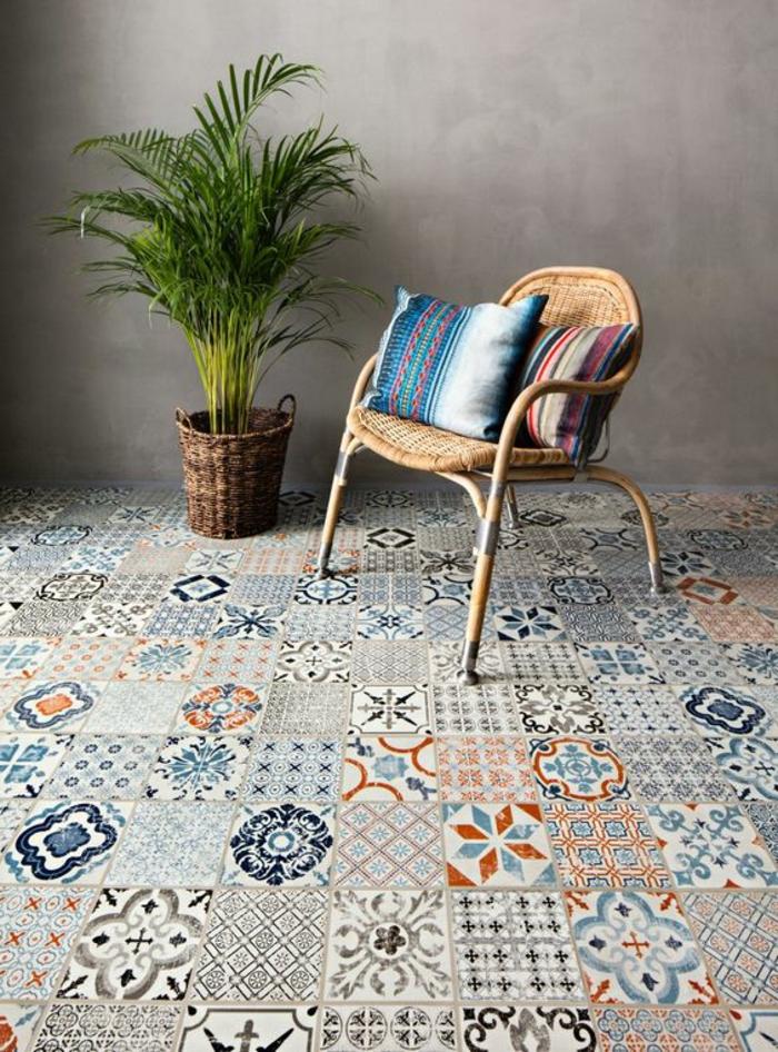 plante verte, vinyl imitation carreaux de ciment, chaise tressée, coussins rustiques