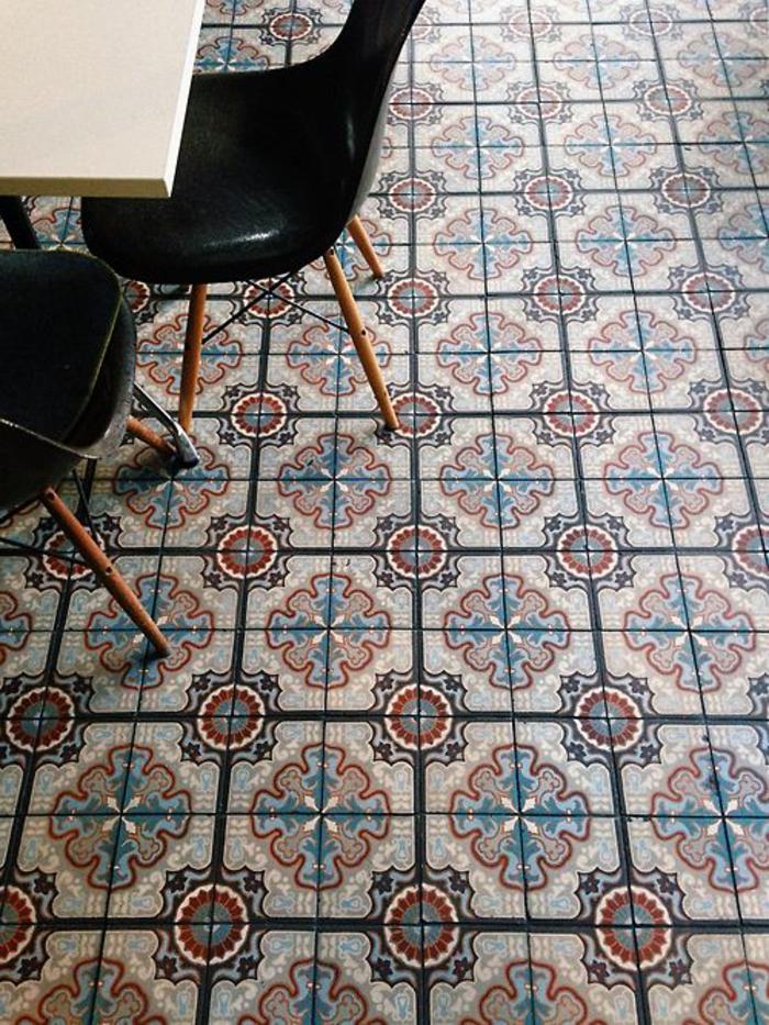 vinyl imitation carreaux de ciment, revêtement de sol pratique et original, chaises noires scandinaves