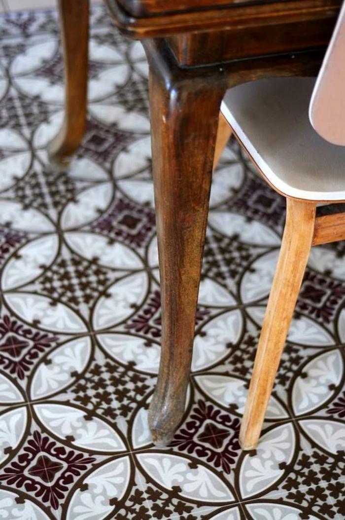 décoration pour sols vintage, vinyl imitation carreaux de ciment, table et chaise rustique