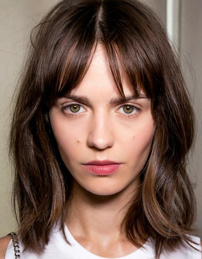 quelle coiffure pour un visage ovale, raie au milieu, coupe simple et facile à entretenir, cheveux en couleur châtain naturel
